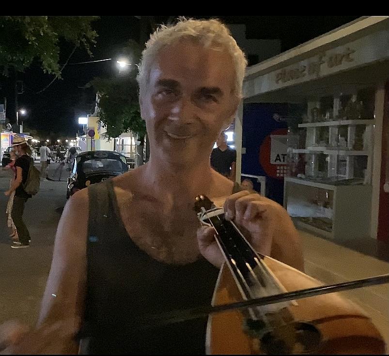 """Unsere Musik heißt """"Heroes"""" von Yiannis Kapetanakis (Lyra Loop Project), dem griechischen Musiker. Er hat uns freundlicherweise die deutschen Nutzungsrechte für den Kommunalwahlkampf überlassen."""